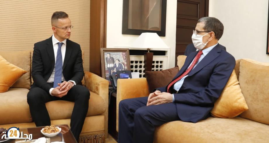 رئيس الحكومة يجري مباحثات مع وزير الشؤون الخارجية والتجارة بجمهورية هنغاريا