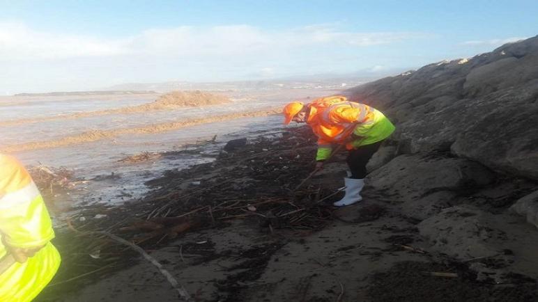 أكادير: أطنان من مخلفات الأمطار بالشاطئ تستنفر سواعد عمال الإنعاش الوطني لدعم مجهودات عمال النظافة