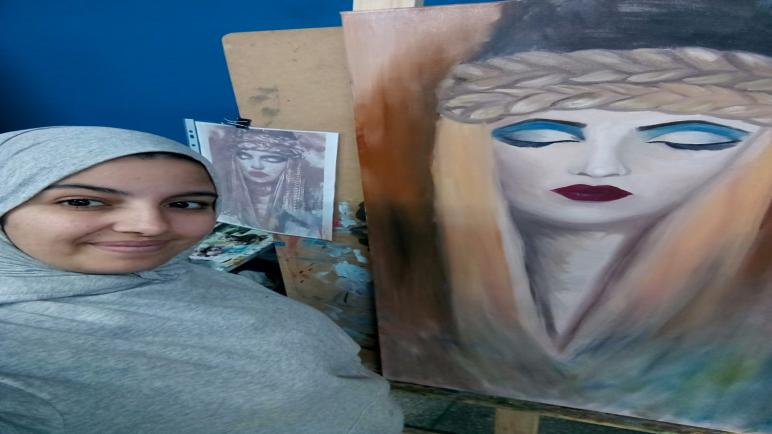 صورية زاركي .. فنانة مغربية تمزج في لوحاتها بين التطريز والرسم