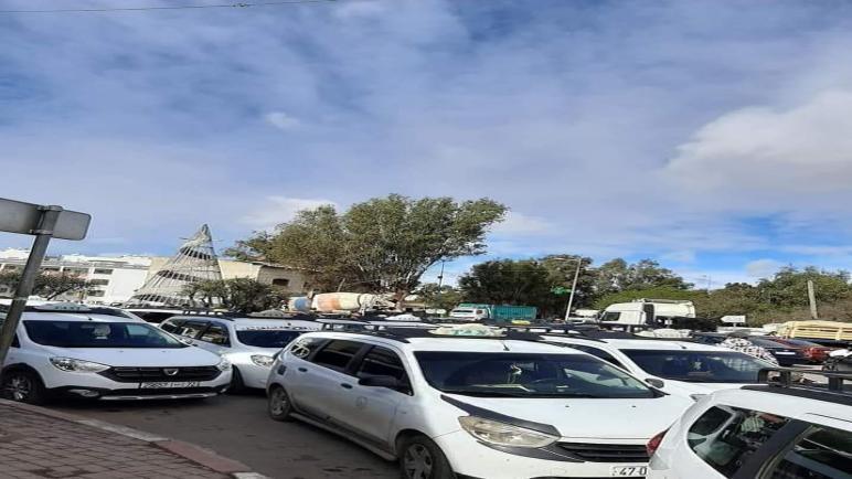 اصحاب سيارات الأجرة يعتصمون ضد اصحاب الدراجات الثلاثية العجلات ببوسكورة إقليم النواصر